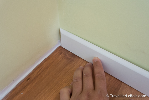 Comment poser des plinthes travailler le bois for Pose de moulure de porte